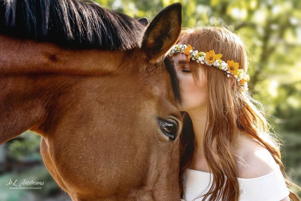 Pferdemaedchen-mit-Blumen
